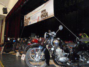 Quelques belles pièces de motos anciennes et l'éternel sponsor, l'assureur Colin de chez AXA Villemandeur.