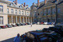 Nos voitures forment une sorte de hai d'honneur dans la cour du chateau.